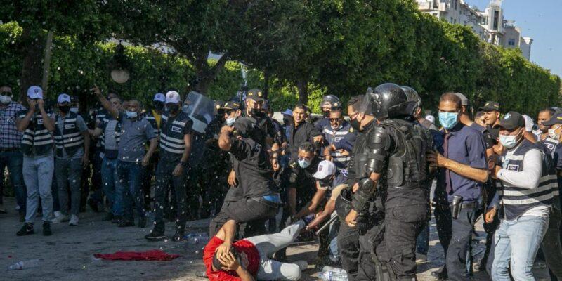 """مسيرة ضد عنف الشرطة في تونس.. والرئيس: """"لا صفقات في الظلام"""""""